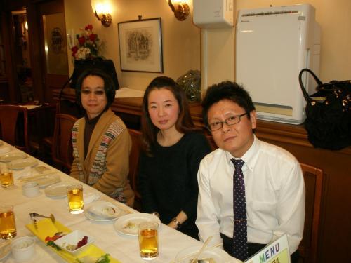 崔英花さん(中央)、許虎林さん(右)も校友会のメンバーです。<br /><br /><br />黒豆岳史さん(左)の曽祖父母は延吉の局子街で料亭を営んでいたそうです。<br /><br />局子街(2005.4 撮影) <br />http://4travel.jp/overseas/area/asia/china-jilin_province/yanji/travelogue/10015937/<br /><br />局子街は私が延吉で住んでいた所でした。黒豆さん、今度一緒に行きましょう!笑