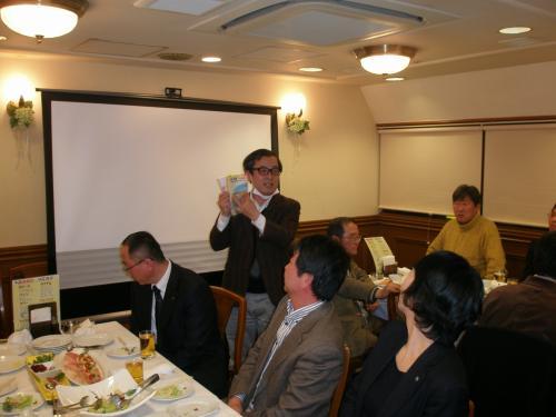 息子さんが延辺大学に留学した縁で、日本人会の会員になったHさんも参加。<br /><br />両手には延辺旅行の携帯必需品・地球の歩き方東北版。<br />http://asiatravel.jp/arukikata.html<br />※延辺、長白山、丹東、桓仁(高句麗の第一の都)旅行に強いアジアトラベルさんのHP参照<br /><br />Hさんは、白頭山、高句麗の世界遺産についてとても関心を持たれているようでした。