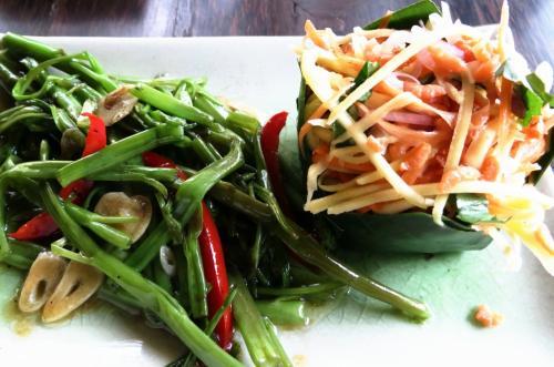 次の日もここにきて(!)今度はアラカルト<br /><br />空芯菜いためとパパイヤサラダ<br /><br />チュガンニュ!(おいしい!)<br /><br />カンボジアにきて最初に覚えた言葉です。