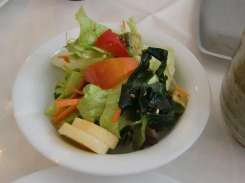 サラダ<br />手前の白い輪切りのものは山芋です。ドレッシングも気に入りました。<br /><br />