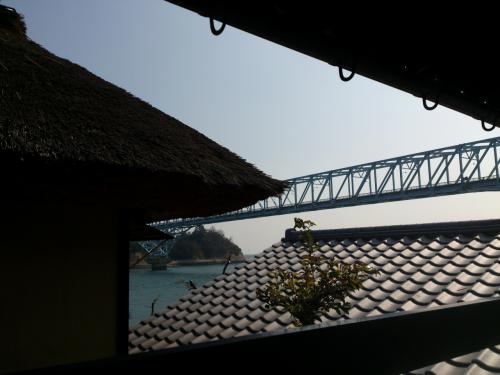 陶磁器館の廊下からは蒲刈大橋がみえました