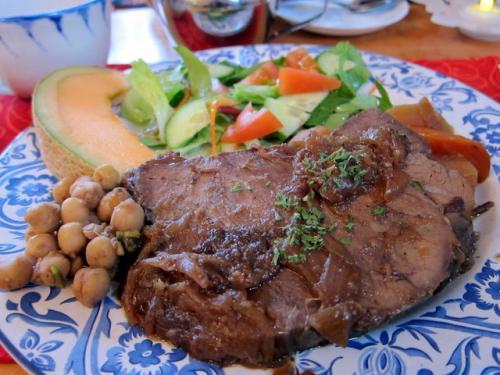 もちろんお昼もティールームでいただきました。<br /><br />私はビーフ。かみさんはチキンを。<br />ボリューム満点、美味し!!<br />