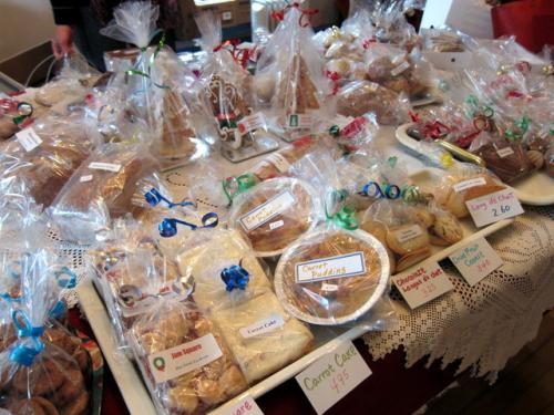 11時半前にブルーウィンズ・ティールームに到着。<br />色とりどりのパンやクッキー、ケーキが並びます。<br /><br />なるべく日持ちしそうなものを物色。<br /><br />http://blogs.yahoo.co.jp/bluewindspeica/archive/2012/12/16