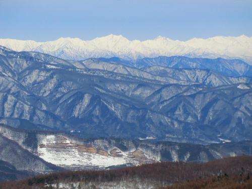 ゴンドラリフト山頂駅からの北アルプス(写真)の眺めが凄い。正面に見えるのが鹿島槍ヶ岳、そこから右方向に五龍岳、唐松岳、白馬三山へと連なる。<br />