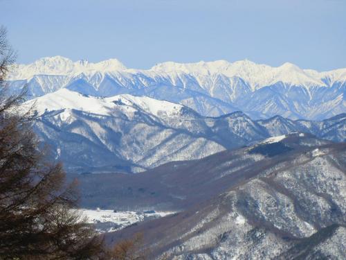 槍・穂高連峰(写真)もクリアに見える。右から槍ヶ岳、南岳、大キレットをはさんで北穂高岳、涸沢岳、奥穂高岳へと続く。「これだけクリアに北アルプスが見えるのは珍しい」と木嶋さんは言う。ラッキー!