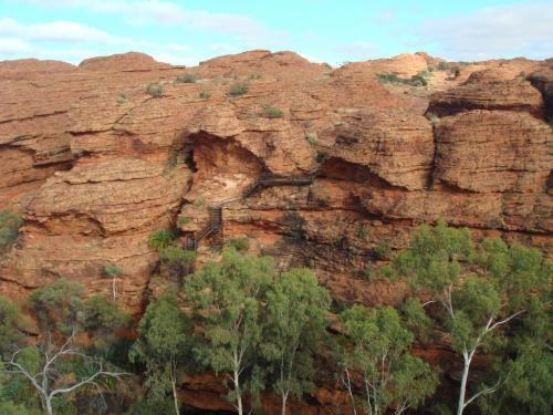 こんな崖にかかった階段を上る所が何ヶ所か。