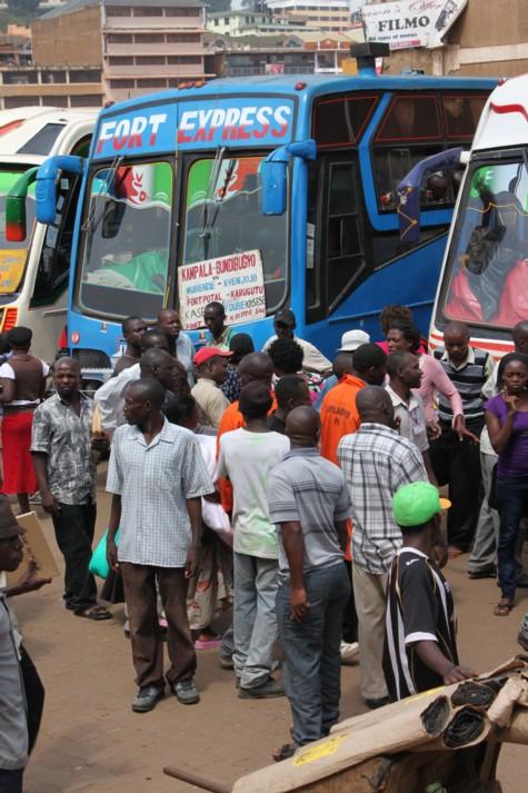 カバレ行きのバスからの写真。<br />バス乗り場に到着すると、人が一斉に寄って来ますので断るのが大変です。