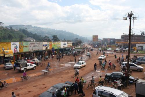 翌日の朝、ホテルからの風景。ルワンダのボーダーが近いので活気がある雰囲気でした。ガソリンスタンドを右折するとルワンダのボーダーです。写真の道を真っ直ぐ行くとカンパラです。