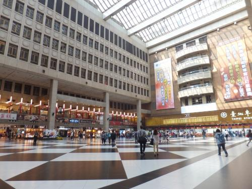日本との時差1時間、台湾時間10時半頃には台北駅到着っ!!!<br /><br />空港から台北駅迄バスで50分くらい、300円程という安さ!!