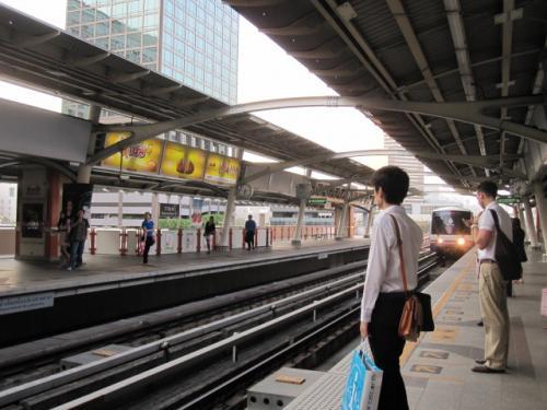 BTSの駅で電車待ってるところ。