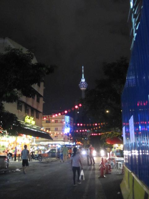 その後、有名な屋台街、JALAN ALORに<br />夕メシを食いに行くことにするが、ちきんとMAPを<br />見て来たつもりが、実はちゃんと見て来なかったらしく<br />散々迷ってあちこちフラフラ歩き回る。<br /><br />親も俺も歩くのは好き、特に外国の街をブラブラして<br />雰囲気を楽しむのは大好きだが、腹も減って疲れている<br />せいか、あんまり楽しくない。特に親は最近、同世代の<br />人たちよりはカナリ元気で行動的とはいえ、当然ながら<br />俺と同じようには動けない。なので早くゆっくりしたい<br />という無言のプレッシャーが俺を襲うw <br /><br />カナリあちこちをウロウロした結果、やっと思っても<br />いない方向にJALAN ALORの入り口を発見。<br /><br />ここでも知らない人にモノを訊くのと、街中で地図を<br />広げるのが大嫌いな俺の習性のせいでだいぶ歩き<br />まわってしまった。ま、KLの街のカンジが少し<br />わかったからいいか。<br /><br />再度大雨が降って来たが、構わず食べたい屋台を<br />物色。いっぱいあって迷いすぎ!!<br /><br />タイ料理の屋台もけっこうあってビックリ。店の人は<br />タイ語で話してた!本格的タイ料理か?!<br /><br />