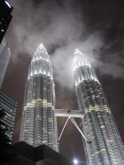 その後、閉まりかかったオフィスビルのような<br />ところを通ってようやくツインタワーに到着!!<br /><br />やっぱ、すげえなぁ。。壮観!! 世界に誇れる!