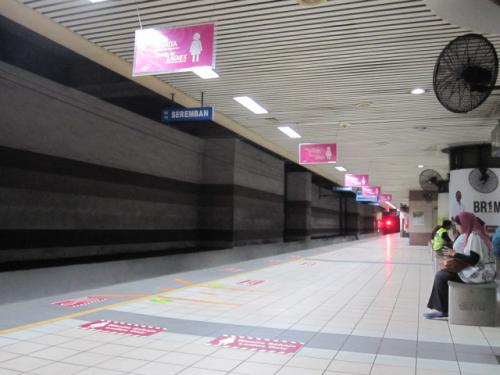 ブルー・モスクへはKL SENTRALから<br />出ているKTM KOMUTERという電車の<br />PORT KLANG行きでSHAH ALAM駅で<br />下車。この電車はあまり頻繁に来ないので待つのに<br />時間を取られる。しかも郊外のほうに行くせいか<br />1駅1駅の間隔も長い。着くまでにけっこう時間が<br />かかった。<br /><br />そうそう、昨日KLの駅でウロウロ迷っている<br />間に、TOUCH N' GOというNYでいう<br />メトロカードのようなモノを買っておいたのだ。<br />なので昨日のモノレールも今日のコミューターも<br />楽に乗れた!<br /><br />昨日は駅でこの売り場がなかなかわからず。すでに<br />あるカードへのチャージは窓口でできるが、まずカードを<br />売ってる場所が見つからない。最初に訊いたチケットを<br />売ってる窓口の兄ちゃんはロクに教えてくれなかったし、<br />その後セブンイレブンのような店など数軒で聞いたが<br />そこでは売ってなく、店の人も場所の説明が英語でできず。<br />あちこちで訊き回ってとうとうもう1つの窓口にいた<br />お姉さんが教えてくれた。<br /><br />セブンのようなコンビ二があるところの通路の奥、<br />CIMBという銀行の裏と言われて行ったらあった。<br />でも駅の切符やカードを売る窓口のようなモノを<br />想像していると全く違く、まるで銀行とかタイの<br />ケータイサービス会社のようなカンジ。なので目の<br />前に来ているのにすぐにはわからなかった。<br /><br />でも入っていったら店員さんが丁寧に教えてくれた。<br />英語もフツーに通じたし、10年間有効だけど1年に<br />1回は使わないと無効になってしまうと言っていた。<br /><br />話を戻して。<br /><br />SHAH ALAMの駅に着いたらとりあえず<br />他の乗客に従ってゾロゾロと改札を出る。出ると<br />駐車場のようになっていて左手にTAXIが<br />たくさん客待ちをしていた。<br /><br />運転手が声を掛けてくるので、「SULTAN<br />SALAHUDDIN ABDUL AZIZ<br />SHAH MOSQUE」とアラビア名でモスクの<br />名を言ったら、後ろの車に乗れと言われた。うしろの<br />車の人がスグに出てきて声を掛けてきたので同じ<br />ことを繰り返したらアラビア名では通じず「ブルー<br />モスクか?」と訊かれた。<br /><br />マレーシアはイスラム国家だし、運転手の宗教は<br />なんだかは知らんが、英語名のほうが通じるのか<br />正式名称(アラビア語名)のが通じるのかわからな<br />かったので、一応俺自身がイスラム教徒なことも<br />あり、正式名称で言ったのだが、ブルーモスクで<br />通っているらしい。電車を降りてTAXIに乗り<br />込んでる人たちも、観光客らしき人はほとんど<br />おらず、地元の人々ばかりっぽかったので余計に<br />どちらの言い方のが通じるのかと思ったのだ。<br /><br />ANYWAYZ、TAXIに乗り、タイと同じで<br />1人で乗っても助手席に乗ってOKらしいので<br />そうした。そのほうが景色もよく見えるし運転手と<br />話もしやすいので。<br /><br />発車して橋のようなモノ(高速?)を渡るとスグに<br />モスクが見えてきた。デカくてキレイ!!立派な<br />モスクだ。<br /><br />写真はKL SENTRALでKTM KOMUTERを<br />待っている間。女性専用車両がけっこうたくさんあった。<br /><br />