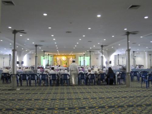 このモスクには学校は併設されていないが、この日は<br />ちょうど近くの学校の生徒が学校行事の一環で大勢<br />来ていた。<br /><br />下のホールでは、コーランの暗誦もやっていて、しばらく<br />そこで見させて貰ったが、子供らもなかなかのモノだった。<br />やっぱ小さい頃からきちんとイスラム教育をしてくれる<br />施設が身近にあるイスラム国家はいいなー。アメリカでは<br />特別にそういうところを探さないとないし、数も少ない。<br /><br /><br />
