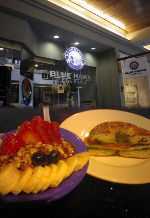 アラモアナC到着<br /><br />小腹がすいて<br />アラモアナCの<br />ブルーハワイで<br />アサイーボールとパニパニを食す。<br /><br />果物の下に隠れていて見えませんが<br />紫色でチョッピリ酢っぱい初アサイー、好みです。<br /><br />※アサイー<br />ブラジル産の栄養価が高い果実をスムージー状にし<br />フルーツを盛ったヘルシースイーツ