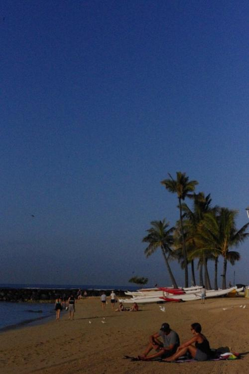 早くからジョギングなどを楽しむ人々<br />ハワイの朝