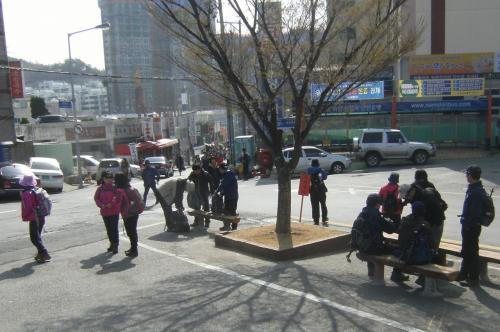 梵魚寺へのバス乗り場