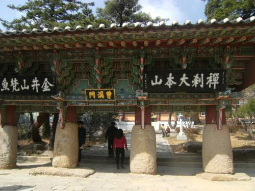 一柱門、金井山は左だが折角だからお寺に参拝