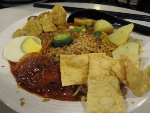 その後、セントラル・マーケットの中に<br />入っていたOLDTOWN WHITE<br />COFFEEというチェーン店でようやく<br />昼メシ&休憩。<br /><br />念願の本場でのナシ・レマッとミー・ゴレン。<br />ニューヨークのマレーシアレストランやインドネシア<br />レストランでは時々食べるけど、マレーシアで<br />食うのは初めて!!<br /><br />ウマー!! だったけど、特にNYの店との<br />違いはわからず。。w <br /><br />コレはミー・ゴレン