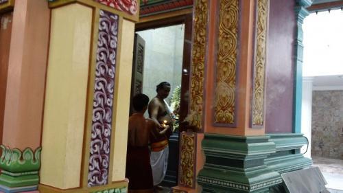 そして中からお坊さん(という名称で<br />いいのかわからんが)が出て来て、1つ1つの<br />扉を開けて水をかけたり花びらをかけて周ったり<br />した。信者の人々が祈りながらそれに続いて<br />歩き出す。<br />