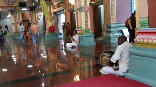 楽器を持った人たちも出て来てイカニモ<br />インドな音楽を演奏しはじめる。<br /><br />う〜ん、いいカンジ。<br /><br /><br />