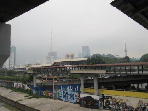 セレモニーも一段落したので、近くの駅、LRTの<br />PASAR SENIまで歩く。<br /><br />何故か今度はまったく迷わず!!<br /><br />その後、モノレールに乗り換えて今度はIMBIで<br />降りる。この近くに中華系の店でSoo Keeと<br />いうエビのあんかけかた焼きそばがあるとガイド<br />ブックや口コミサイトで見ていた。俺はシーフード<br />かたやきが大好き☆<br /><br />なのでNYにいるときからKLに来たらここは<br />はずせない!と思って楽しみにしていた。昼が<br />遅かったせいかまだハラも減らないので、とり<br />あえず、IMBI駅の向かい側になるBERJAYA<br />TIMES SQUAREというモールに行く。<br /><br />駅の反対側にあるし雨も降ってきたので中から<br />行こうとしたが、すぐ目の前にあるのにやっぱり<br />また迷う。結局向かいのビルに入り、その中の<br />連絡通路から入った。<br /><br />しばらくPEARL DRINKの店で休憩し、<br />少しMALLを見ていよいよSOO KEEへ。<br />外に出たら雨もやんでいた。