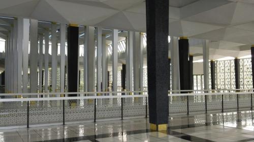 2階に上るとカナリ広くたくさんの柱がある。<br />歩いていると少し先に人が固まっているのが<br />見えたのでそっちまで行ってみる。