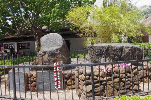 ワイキキの魔法の石<br /><br />16世紀にハワイを訪れたタヒチの祈祷師が<br />マナ(霊力)を封じ込めたと言う伝説の魔法の石<br />にパワーを頂いて<br /><br />
