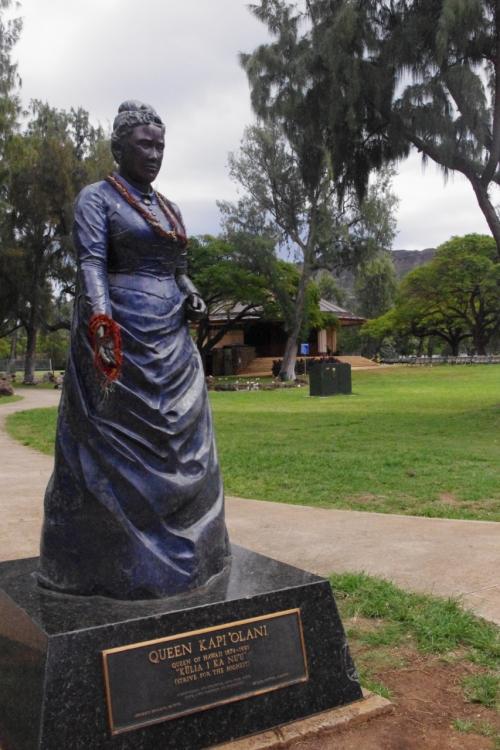 公園入口のカピオラニ女王の像