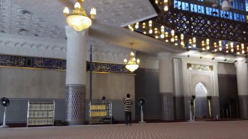 う〜ん。やっぱり壮観!!すばらしい。<br />国立モスクだけあり、すべてが立派だ。<br />美しいし清々しいし厳かだ。<br /><br />お祈りの時間ぢゃなかったし、本当にもう<br />戻らないと時間がなかったけど、こういう<br />機会も滅多にないのでお祈りもしていく<br />ことにする。