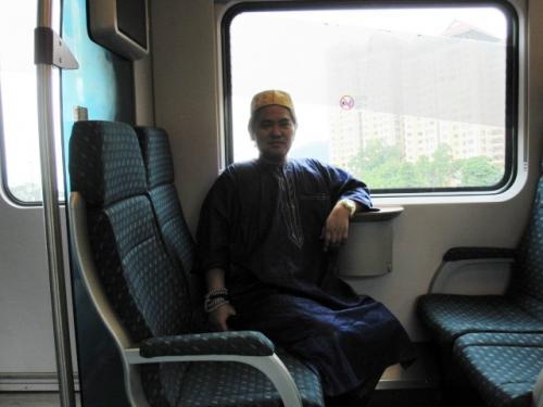またKL SENTRALにトンボ帰りして<br />AIRPORT行きの電車に乗る。来た時と<br />違って電車はメチャ空いていた。あっと言う間に<br />AIRPORTに着く。<br /><br />