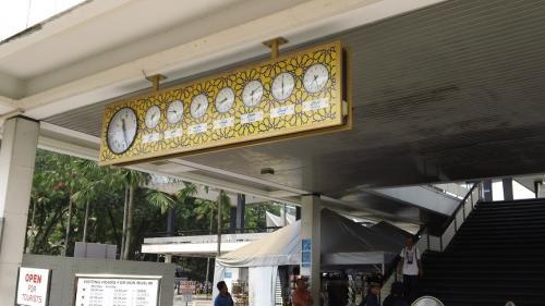 みなさんの口コミや旅行記の写真でもよく見かけた<br />国立モスクにある時計。<br /><br />他の方々の旅行記を読んでたら、「世界の時間を示した<br />時計」という書き込みや「イスラムのお祈りは1日5回の<br />はずなのになんで7つも時計があるのか?」という疑問を<br />書いてる方がけっこういたのでここで少し解説をさせて<br />貰いまっす。でも俺は確かにイスラム教徒だけど、宗教<br />学者とかぢゃないので、学術的なことやすごく突っ込んだ<br />ことは知らない。あくまでも今までMUSLIMとして<br />生きて来て日常生活の中で得た知識から答えます。<br /><br />まず、「世界の時計」というのは完全な勘違いです。<br />イスラムのことを知らない人にはこんなにたくさん<br />時計が並んでいたら確かに紛らわしいケド。<br /><br />俺の写真はキレイに撮れてないけど、これは確かに<br />お祈りの時間。「PRAYING TIME」とも<br />プレートに書いてある。<br /><br />1日5回のはずなのに、なんで時計が7つあるのか?<br /><br />早く言うと右の2つはお祈りの時間ぢゃないのです。<br />現在の時間を示している大きい時計のスグ右にある<br />ヤツから5個目までがお祈りの時間。<br /><br />朝から順に書くと、まず夜明けの祈り(FAJRまたは<br />SUBUH)、次がDHUHR(ZOHOR)と言って<br />昼少し過ぎ、それからASARが夕方4時とか5時頃。<br />MAGHRIBは日没直後のお祈り。それから夜が<br />ISHAA。ISHAAからFAJRの間にもう1度<br />お祈りをしてもいいけど、これはオプショナル。<br />時計には表示されていない。<br /><br />