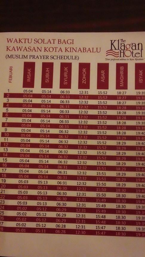 では、右の2つは何かというと、まず最初がIMSAKと<br />言って、ラマダン(イスラム暦9月の断食月)の時に<br />この時間までに朝の食事を済ませましょうという目安。<br />でも実際には夜明けであるFAJRまで食事をしても<br />OKだけど、IMSAKは地域や季節にも寄るけど<br />FAJRの5分から20分くらい前なことが多いので<br />できればIMSAKまでに食事を済ませ、その後<br />歯磨いたり身を清めたりしてFAJRのお祈りの準備を<br />しよう、というカンジ。<br /><br />なので俺はラマダンの時しかこのIMSAKの時間は<br />意識してません。イスラム・カレンダーでもラマダンの<br />時期しかIMSAKの時間を書いていないのもあるし。<br />モチロンどの月でも書いてるタイプもある。<br /><br />写真は、KLのあと行ったコタキナバルのホテルに<br />置いてあったお祈りの時間を示したカレンダー。<br />コレには断食月ではないがIMSAKも書いてある。<br /><br />残りの1つはSUNRISEつまり日の出の時間を<br />示したモノ。<br /><br />イスラム教は1日5回の礼拝が時間に寄って決められ<br />てるのは有名な話だけど、実は1日に何回か「お祈り<br />してはいけない時間」というのもあるのだ。そのうちの<br />1つが日の出(SUNRISE)の時間。理由はイスラム<br />では神以外のモノを崇拝するのは禁じられているので<br />もし、お祈りが日の出や日の入りと重なってしまうと<br />太陽を信仰してるみたいになってしまうので、それを<br />避けるため。それとFAJRはSUNRISEまでに済ませないと<br />いけないのでその目安にもなる。<br /><br />夜明け(DAWN)と紛らわしいけど、日の出は夜明けの<br />少しあと。<br /><br />MAGHRIBのお祈りも日没直後にするものであって、<br />SUNSET(日の入り)ではない。<br /><br />では、なぜ日の出の時間を示す時計はあるけど<br />日の入りを示す時計やカレンダーはないのか?<br /><br />カレンダーは時々書いてあるヤツもある。あまり<br />ないけど。なんで日の入り時刻は必要ないかと<br />言うと、この辺は俺の考えなのでホントか知らん<br />けど、日没(MAGHRIB)のお祈りは必ず<br />日の入りよりも後なので、アザーン(お祈りの<br />呼びかけ)やカレンダーに従っていれば、日の<br />入りの時間にカブってしまうことはまずナイ。<br /><br />でも朝の場合、まず夜明けのお祈りの時間が来て、<br />その後1時間半くらいで日の出になるはずなので、<br />朝、なかなか起きれずにウダウダしていたり、祈りの<br />前に体を洗ったりするのに手間取ってるうちに<br />うっかり日の出の時間にかかってしまうことを<br />避けるためだ。<br /><br />なので、もしなかなか起きれずにお祈りの準備が<br />整った時がちょうど日の出の時間にかかってしまったら<br />少し後まで待って祈るしかない。その目安のための<br />時間だ。<br /><br />なので時計が7個あるのだ。 乏しい<br />知識ですが、少しでも疑問解決のお役に<br />立てたら嬉しいです☆<br /><br /><br /><br />