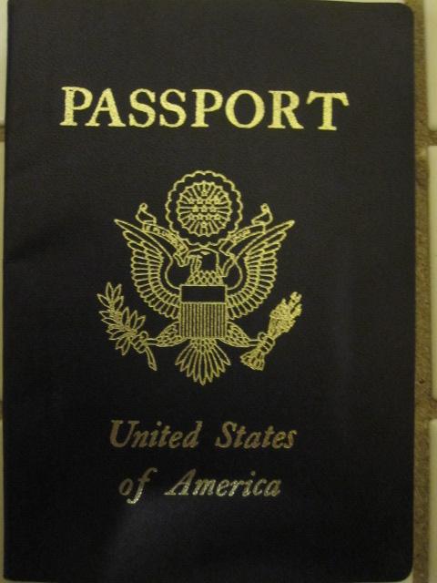 どこから来たかと訊かれたので「アメリカ」と<br />答えたら、オバサンは半信半疑な顔になったので<br />「ホントだよ」とちょうど持っていたアメリカの<br />パスポートを見せる。オバサンは笑って「アンタの<br />顔は私達と一緒じゃん」と言うので(つまり外見的に<br />アメリカ人には見えん、という意味)「75%日本人<br />なので」と言ったら納得していた。<br /><br />タイでもそうだけど、東南アジアでは「アメリカ人」は<br />白人か黒人しかいないと思っている人がけっこういる<br />みたいだ。