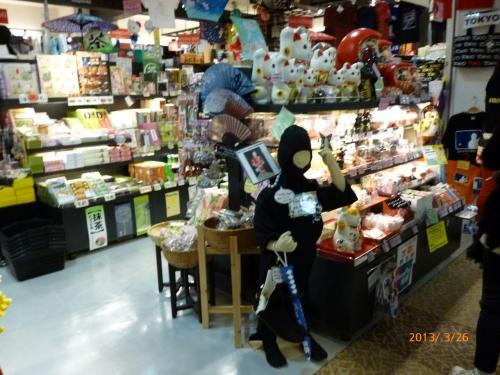 このお店は外人向けですが、日本人がみてもわくわくします。