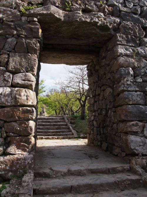 こちらが今帰仁城の正門【平郎門】<br /><br />現在の門は昭和37年に修復されたものだそうです。<br /><br />