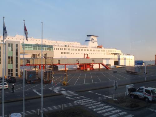 3月31日(日)<br />札幌から車を走らせ苫小牧港へ。<br />今回もお世話になるのは太平洋フェリー<br />■太平洋フェリーHP■<br />http://www.taiheiyo-ferry.co.jp/index.html<br /><br />4歳児と0歳児連れなのでバリアフリーが有難い。<br />パパは車を乗せなきゃならないし。<br />と言うことで、今回往路でお世話になるのは「きそ」です。<br /><br />
