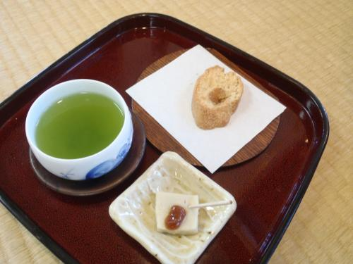 店内でお土産を選んでいたら<br />お茶を頂きました。<br />色々試食して商品を選ぶことも出来ます。<br />息子がね・・・試食というか本気食いしていて<br />(昼食ちょっとしか食べなかったし)<br />ほんとスイマセンという感じです。<br />美味しかったみたいです^^;