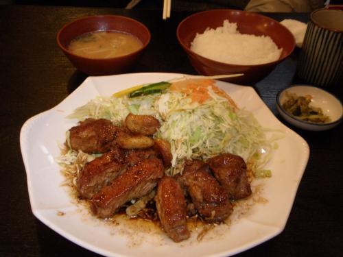 主人が注文した「大とんてき定食」<br />グローブと言われているお肉<br />肉厚だけどとても柔らかく<br />ソースも美味