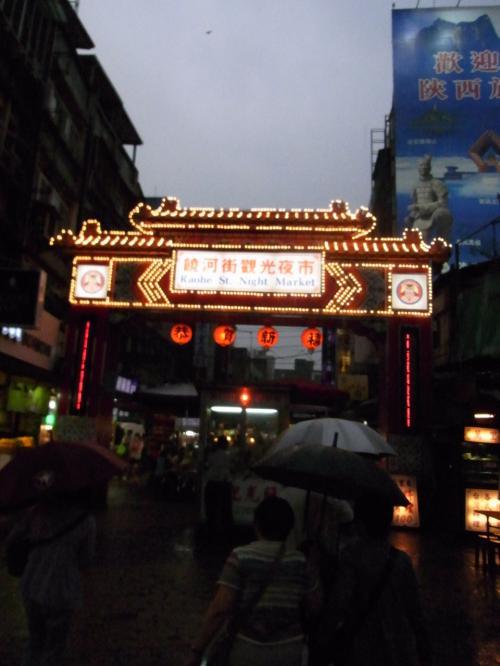 夜市。<br />強い雨。<br /><br />雨で夜市全体のテンションが低かった。<br /><br />タピオカミルクを飲んでみました。