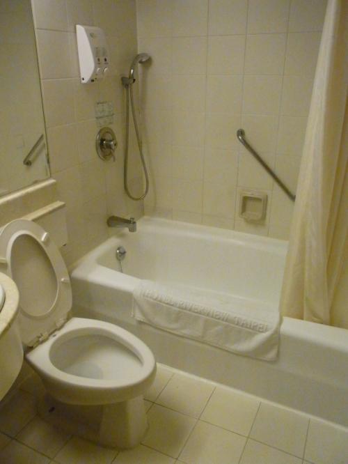 バスルームも結構キレイ。<br />お風呂は深さもあって大きいから<br />湯船にゆっくり浸かって疲れを取りました。