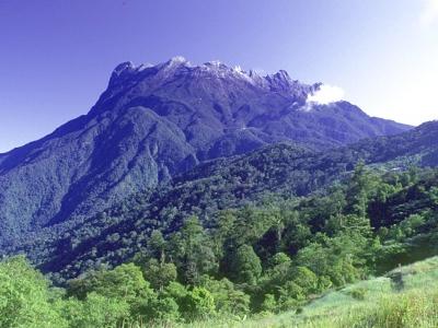 [イントロ]<br /><br />==キナバル山==<br /><br /> マレーシアの最高峰、キナバル山(4095m)。形は思い浮かばなくても、名前くらいは聞いたことあるでしょう。世間的には「東南アジア最高峰」と流布されていますが、実際にはナンバー3。インドネシアに、さらに高い山が2つ(カカボラジ5881mとプンチャック・ジャヤ4886m)あります。でも、知名度や登山環境は文句なくナンバー1。マレーシアにおける富士山的な存在です。<br /><br /> そんなキナバル山ですが、日本の山のように、いつでも勝手に入って登れるわけではありません。ロッジのキャパシティの関係で、一日の入山者数が150人程度に制限されているのです。ただ、一年中登山可能なため、トータルだとそれなりの登山者数になります。<br />