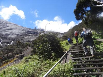 ==難易度==<br /><br /> キナバル登山は、登り一本調子のタフなコース。標高1866メートルからスタートして、頂上(4096)まで約8.7キロ、標高差2229メートルの道のりです。日本でこれに匹敵するのは、富士山の御殿場ルートくらいかな。<br /><br />キナバル山 通常ルート: 8.7KM、標高差2229M。1866M -> 4096M<br />富士山 御殿場ルート: 11KM、標高差2366M。1440M -> 3776M<br />富士山 吉田ルート: 7.5KM、標高差1472M。 2304M -> 3776M<br /><br /> ただ、総距離はそれほどでもないので、富士山の吉田ルートを「二日目にもっと登る」と考えれば、だいたい合っています。道はよく整備されており、後半ロープを使う場所もありますが、これといって危険なところはありません。現地では、いかにも素人っぽいマレーシア人が沢山登っています。ちなみに、最高齢の登頂記録は、日本人女性の90才だとか。