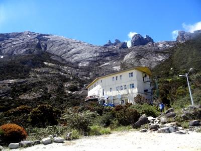 ラバンラタには、ロッジが大小5つ。写真が、食堂のあるメインのロッジ - ラバンラタ・レストハウス。ほとんどの人は1泊2日の行程なので、翌日のご来光登山に備えて、ここで一泊することになります。<br /><br /><br />