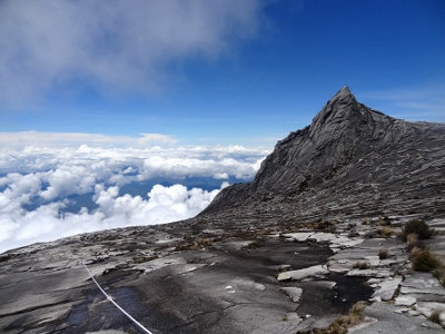 ラバンラタから2キロほど歩いて、サウスピーク(写真右)の横を通過。この山はとても見栄えがする山で、旅行パンフレットなどでは、実際の頂上よりも、この山の写真がよく使われます。