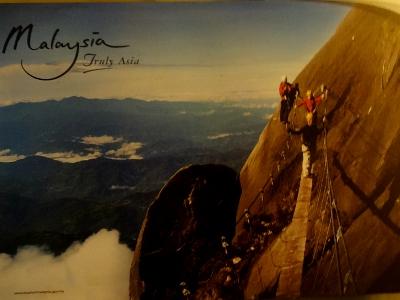 よく、キナバル登山の紹介に、左のような危なっかしい写真を見かけます。でも、これは正規の登山道ではなく、「ヴィア・フェラータ(鉄の道)」と呼ばれるアトラクション的なルート(有料)。自ら志願しなければこんな場所は歩きませんので、高度恐怖症の人もご心配なく。