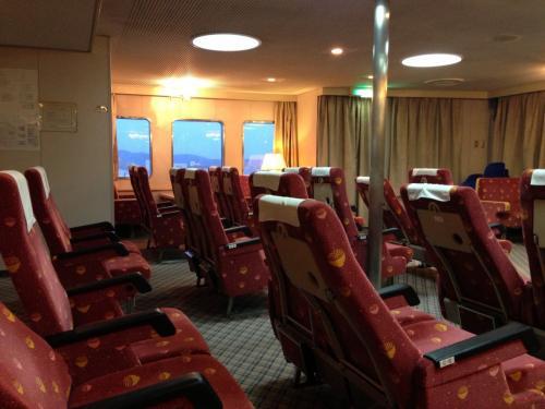 1時発の小豆島行のフェリー。二階のテーブルのあるシートを確保し寝る準備をします。コンセントがあるので携帯の充電も出来ます。基本自由席です。三階は雑魚寝できる部屋があります。女性専用スペースも有り。