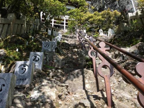 レンタカーを借り、笠ケ瀧寺へ。<br />崖のような参道を鎖につかまり登ります。山の上の本殿を目指します。