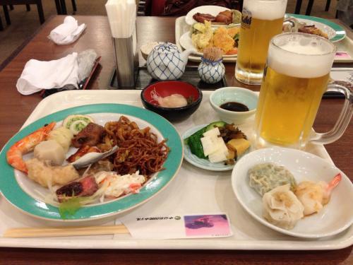 夕食はホテルのバイキング♪<br />明日は直島へ行きます。