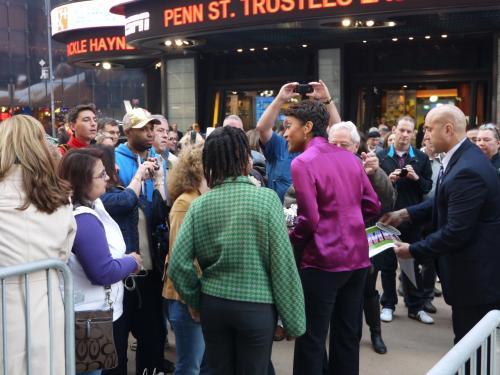 いつものタイムズ・スクエア ABC前のGood Morning America。<br />放送終了後、キャスターのロビン・ロバーツが気さくに記念写真を撮ったりしてました。